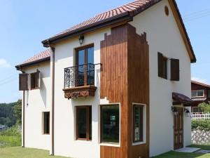 Moderný úsporný dom môže byť z dreva aj tradičného materiálu