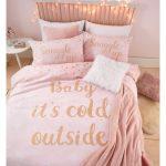 """Ružové obliečky s potlačou """"Baby It 'Cold Outside"""" Catherine Lansfield, 135 x 200 cm"""